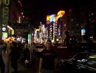 Juan rodeado de Tokyo en estado puro